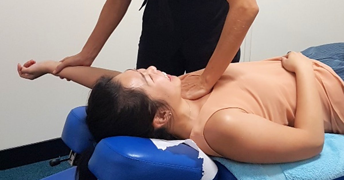 Dr. Linda Schiller provides chiropractic care to woman in Joondalup, Perth